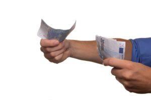 Rozdawanie pieniędzy innym